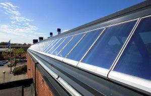 Lichtbandverglasung eines Firmendachs