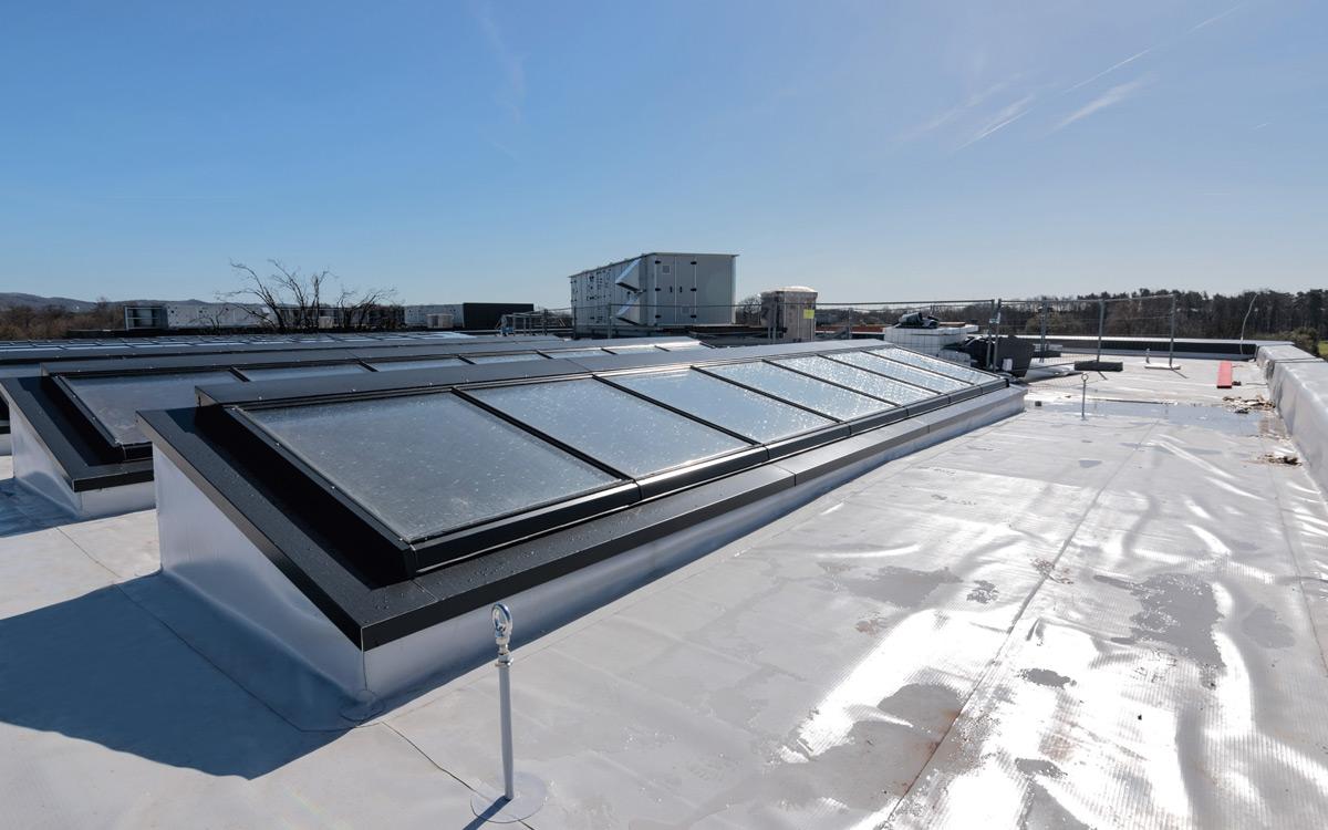 Pultdach auf einem Firmengebäude