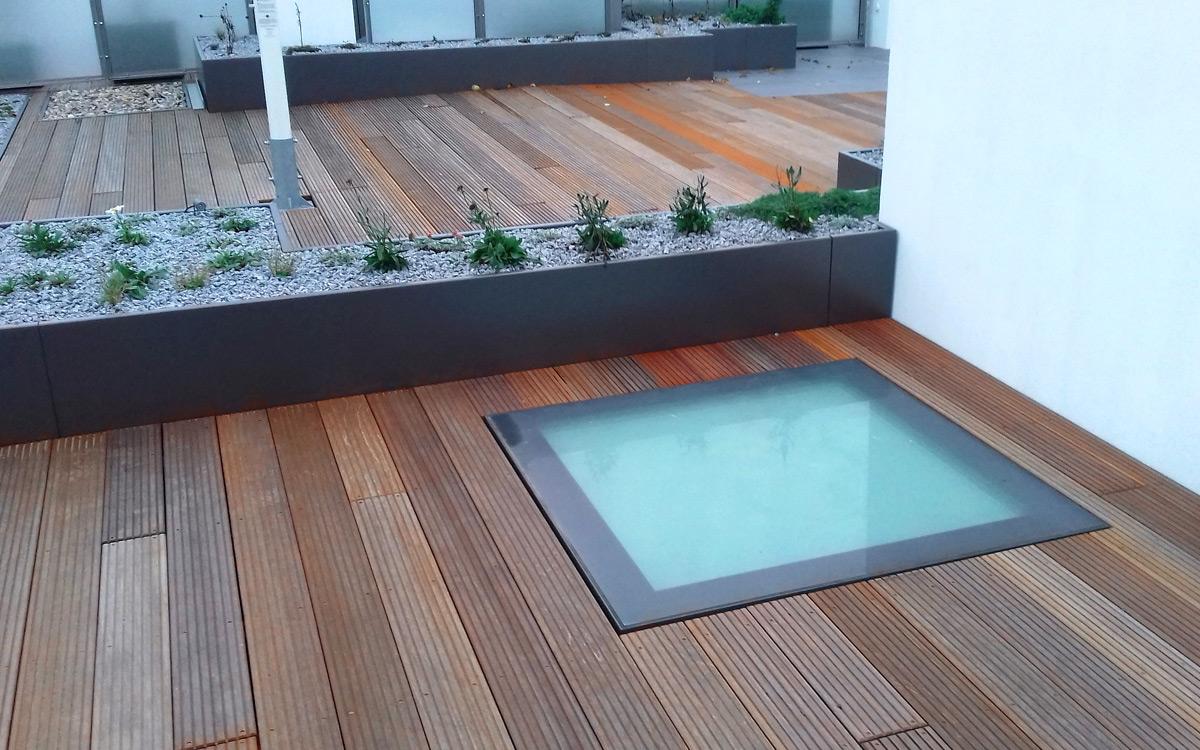 SkyVision WALK-ON - verbaut auf einer Dachterrasse mit Holzpaneelen