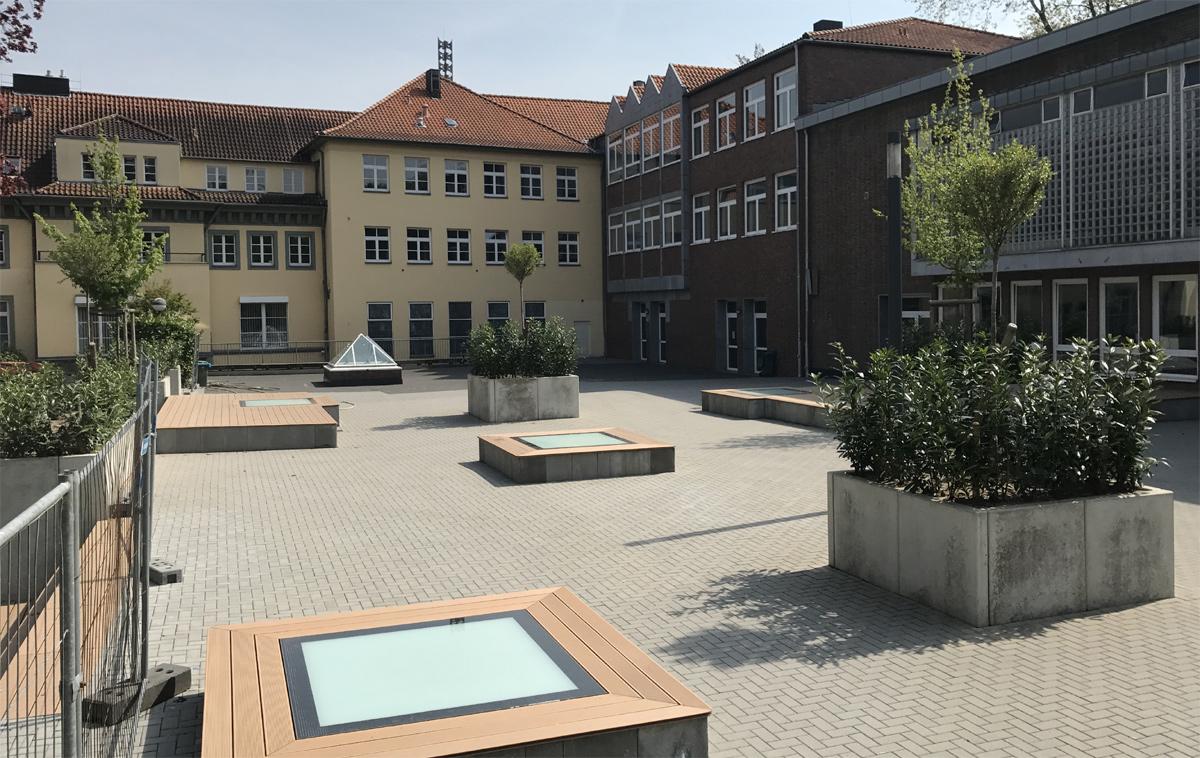 SkyVision WALK-ON - verbaut auf einem Schulhof über einer Sporthalle