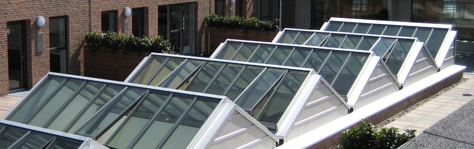 Atrium - mehrere Lichtbänder oder Sattel-Lichtbänder kombiniert zu einem großen Glasdach