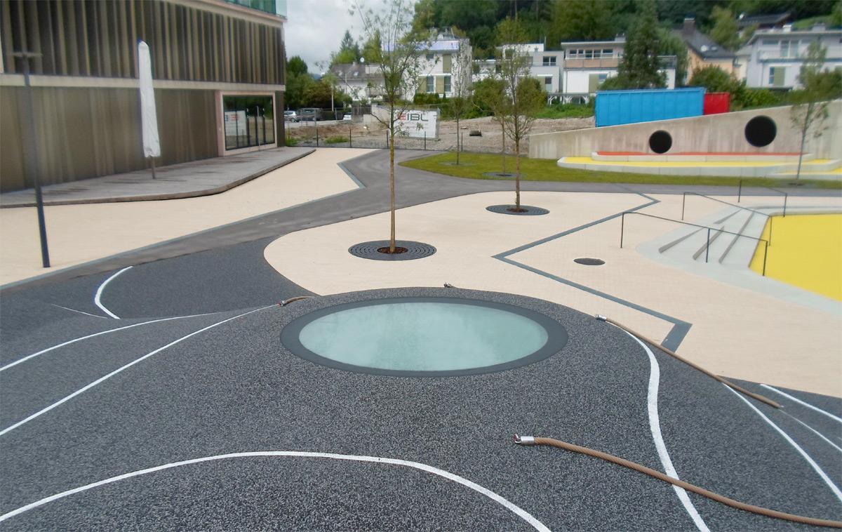 Kletterhügel mit begehbarem Glas (SkyVision CIRCULAR WALK-ON) auf dem Kinder-Campus in Salzburg