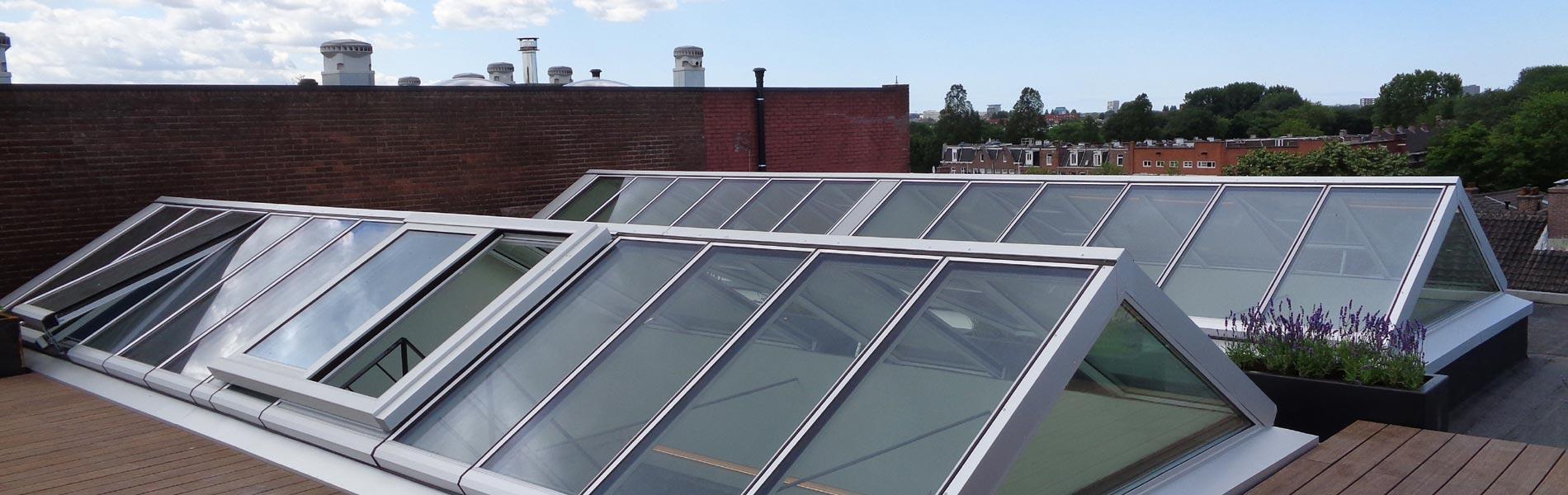 Zwei Satteldächer auf einer Dachterasse