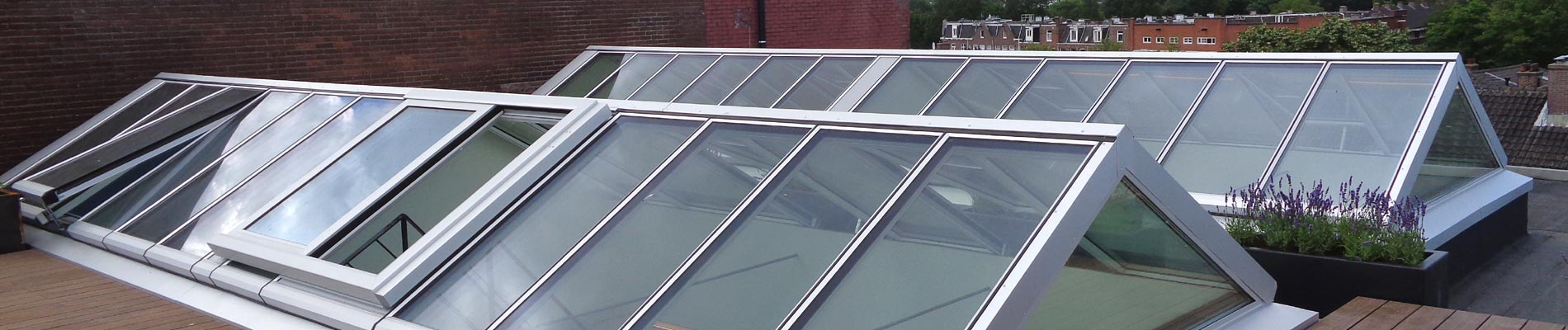 Zwei Satteldächer mit Ausstieg auf einer Dachterasse