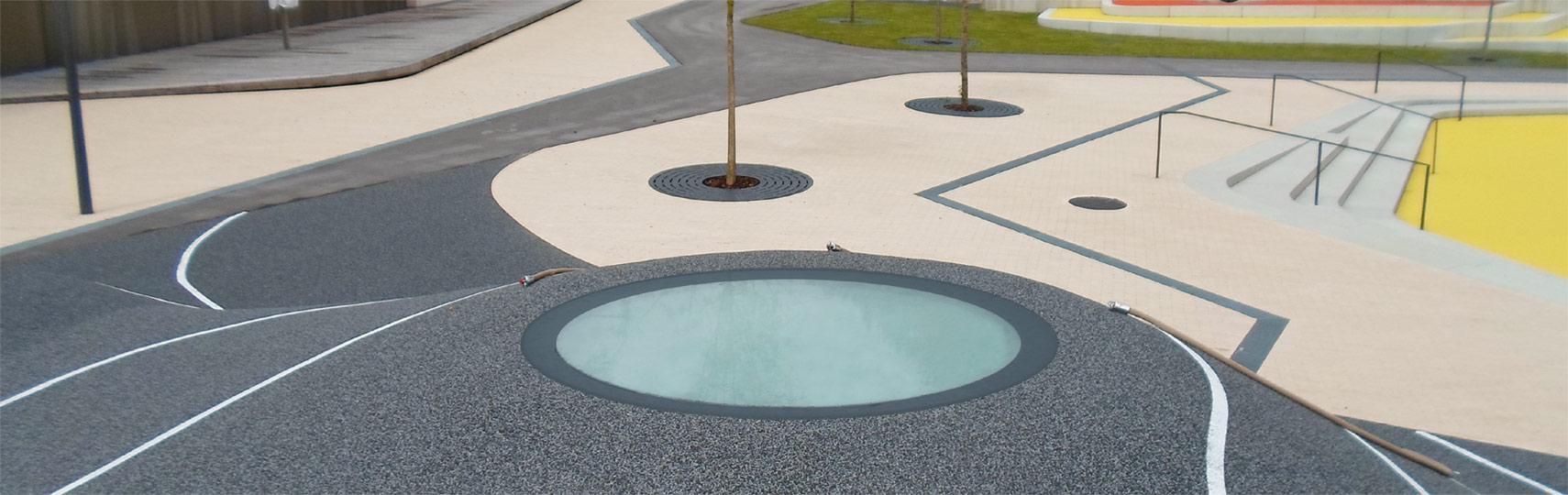 Runde, begehbare Design-Oberlichter auf einem Spielplatz