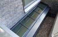 Pultdach mit fünf Fenstermodulen an der Wand montiert