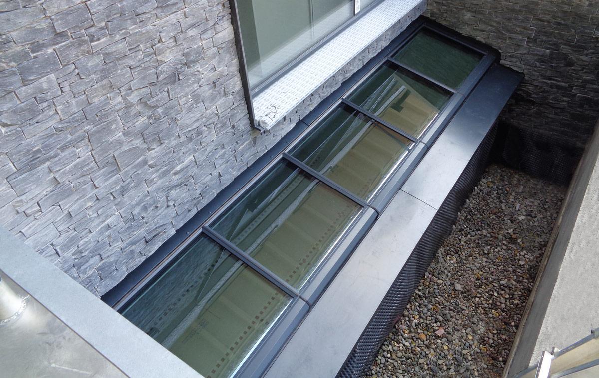 Wandmontage-Pultdach mit fünf Fenstermodulen