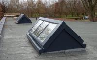 Zwei Satteldächer mit je sechs Fenstermodulen.