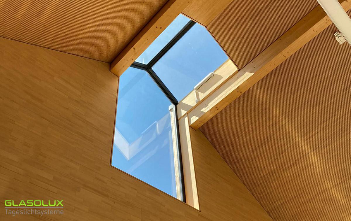 Giebel- und Firstverglasung auf/an einem Kirchendach