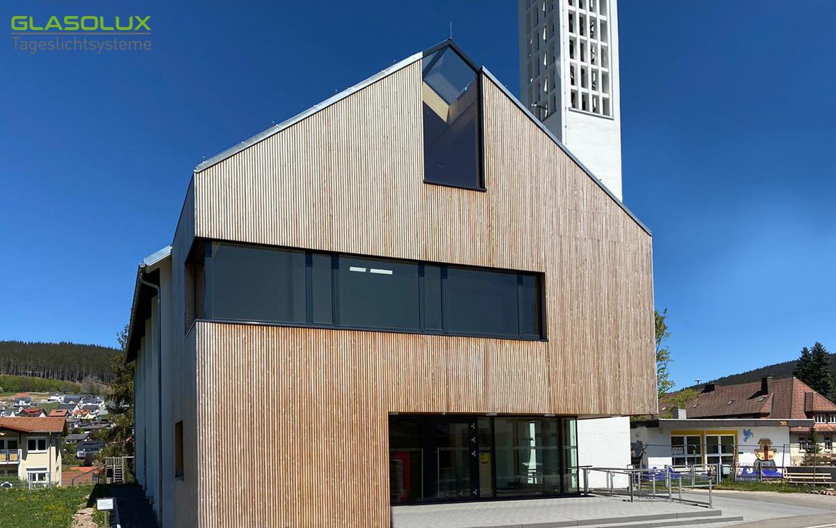 Kirche mit kombinierter Giebel- Firstverglasung