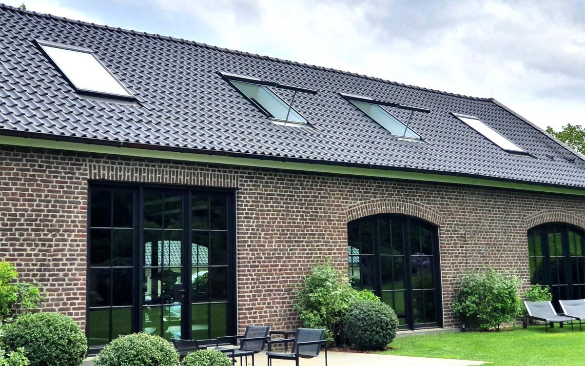 Vier A98-Steildachfenster mit goßem Öffnungshub
