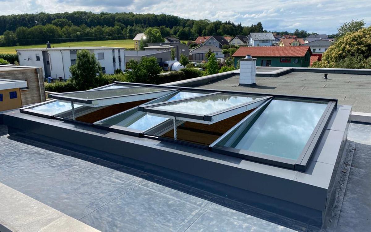 Pultdach-Verglasung mit geöffneten Fenstermodulen