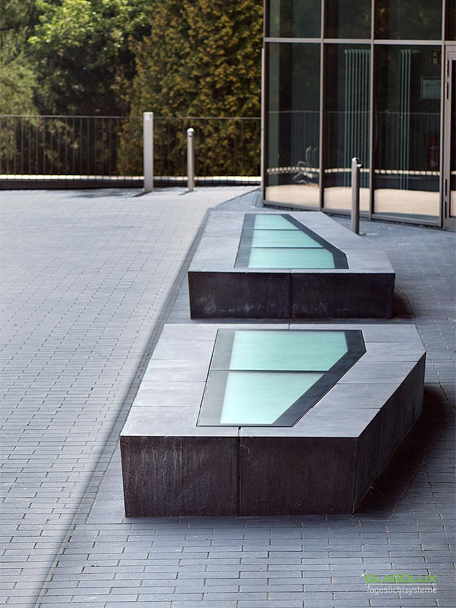 Zwei Sitzbänke mit begehbaren Oberlichtern in freier Form