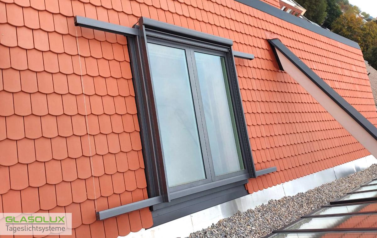 Dachschiebefenster auf einem Schindeldach