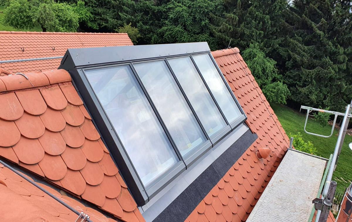 GLASOLUX Firstverglasung auf einem Schindeldach mit besonders steilem Dachfirst