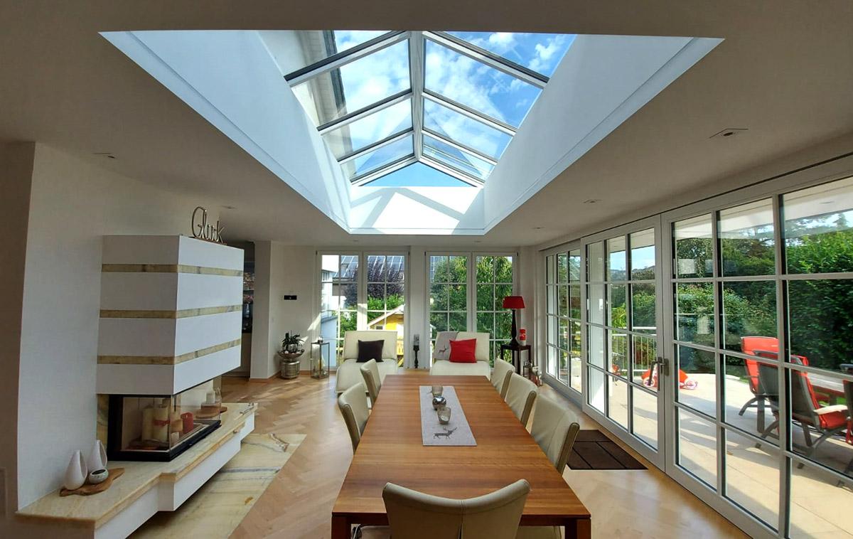 Wohnraum mit Satteldach-Verglasung