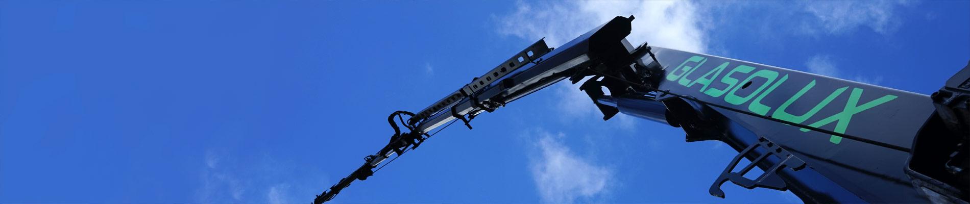 Ladekran mit Fly-Jib und Seilwinde mieten. Für schnelles und sicheres Arbeiten auf engstem Raum
