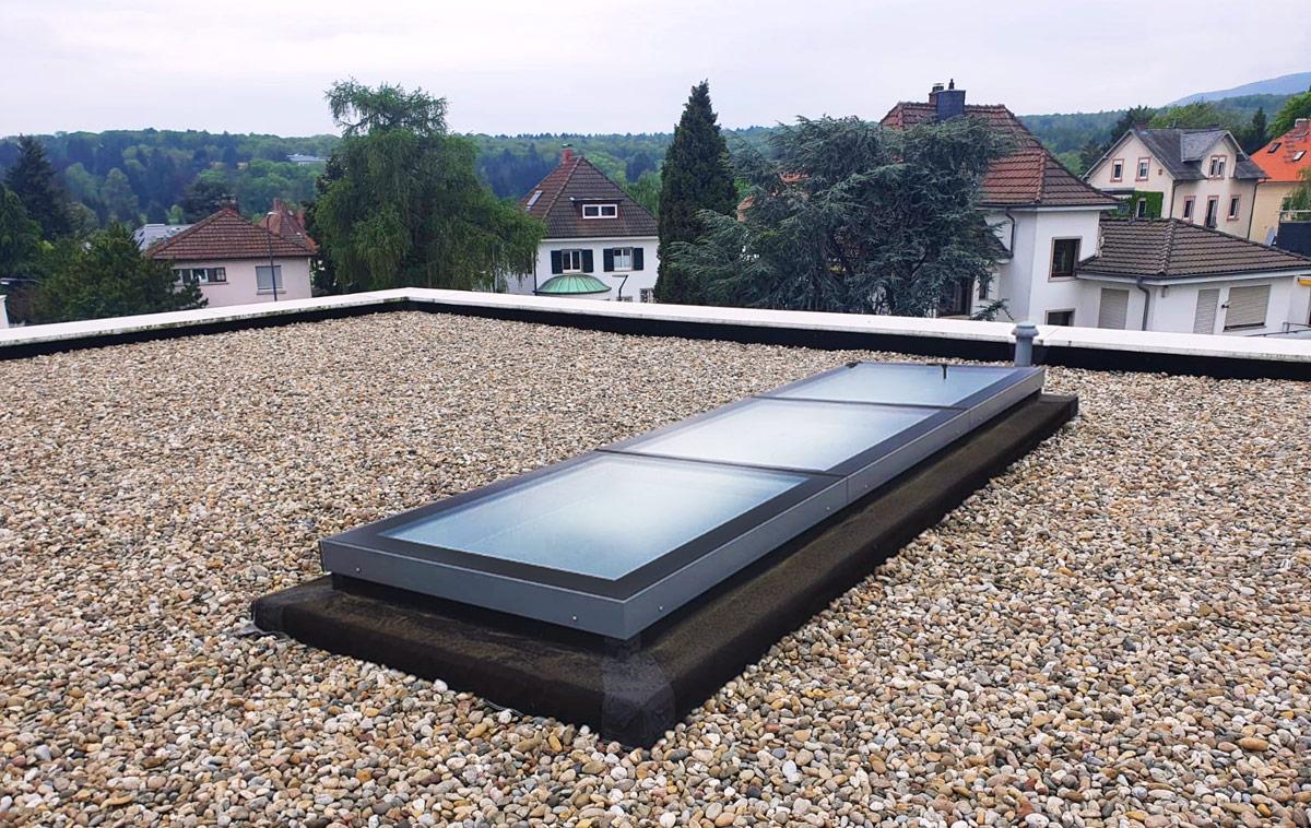 Flachdachfenster SkyVision LINEAR mit drei Modulen.