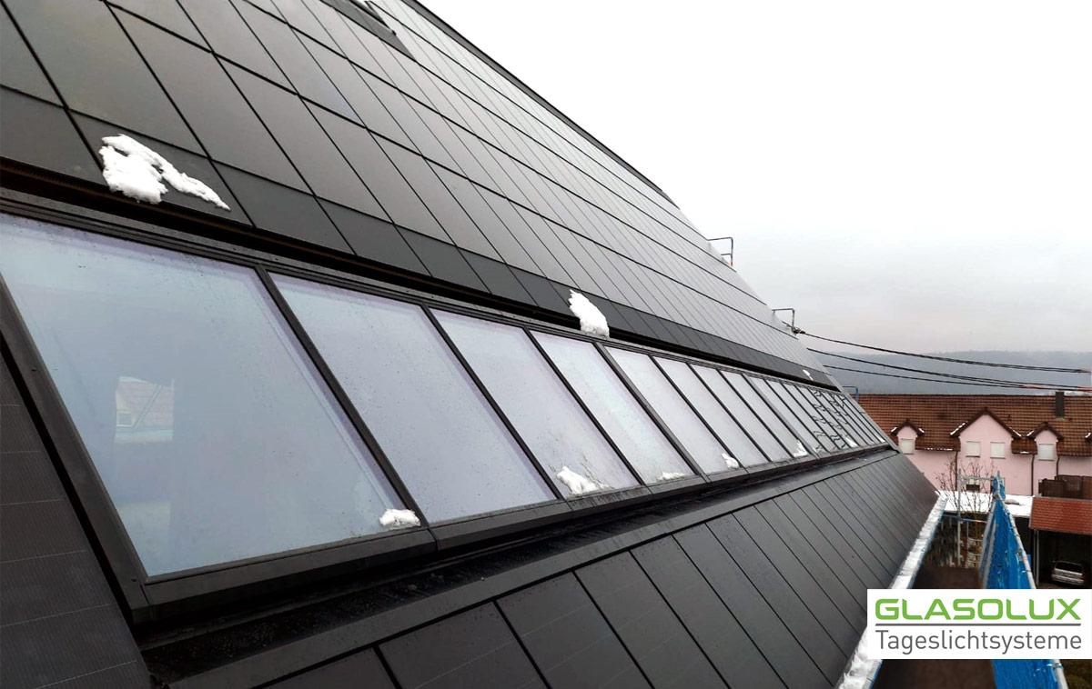 A98 Lichtband auf einem Solardach – mit Sonnenschutzglas, Innenbeschattung und Rahmen in Sonderfarben