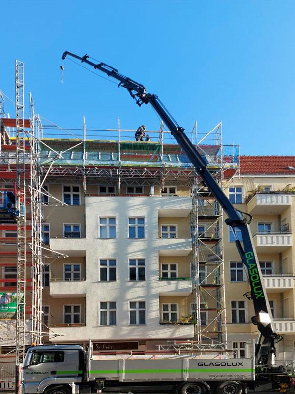 Vermietung: Ladekran für Dacharbeiten