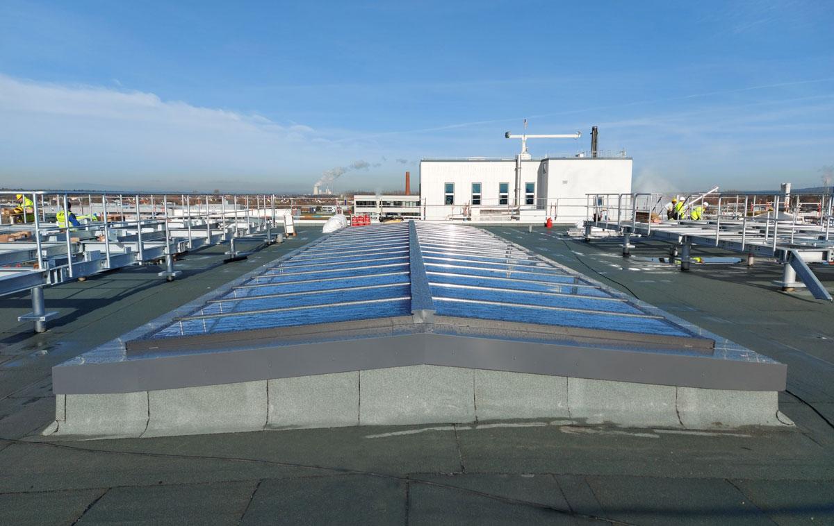 Sattel-Lichtband 5° mit Träger auf dem Flachdach eines Unternehmens