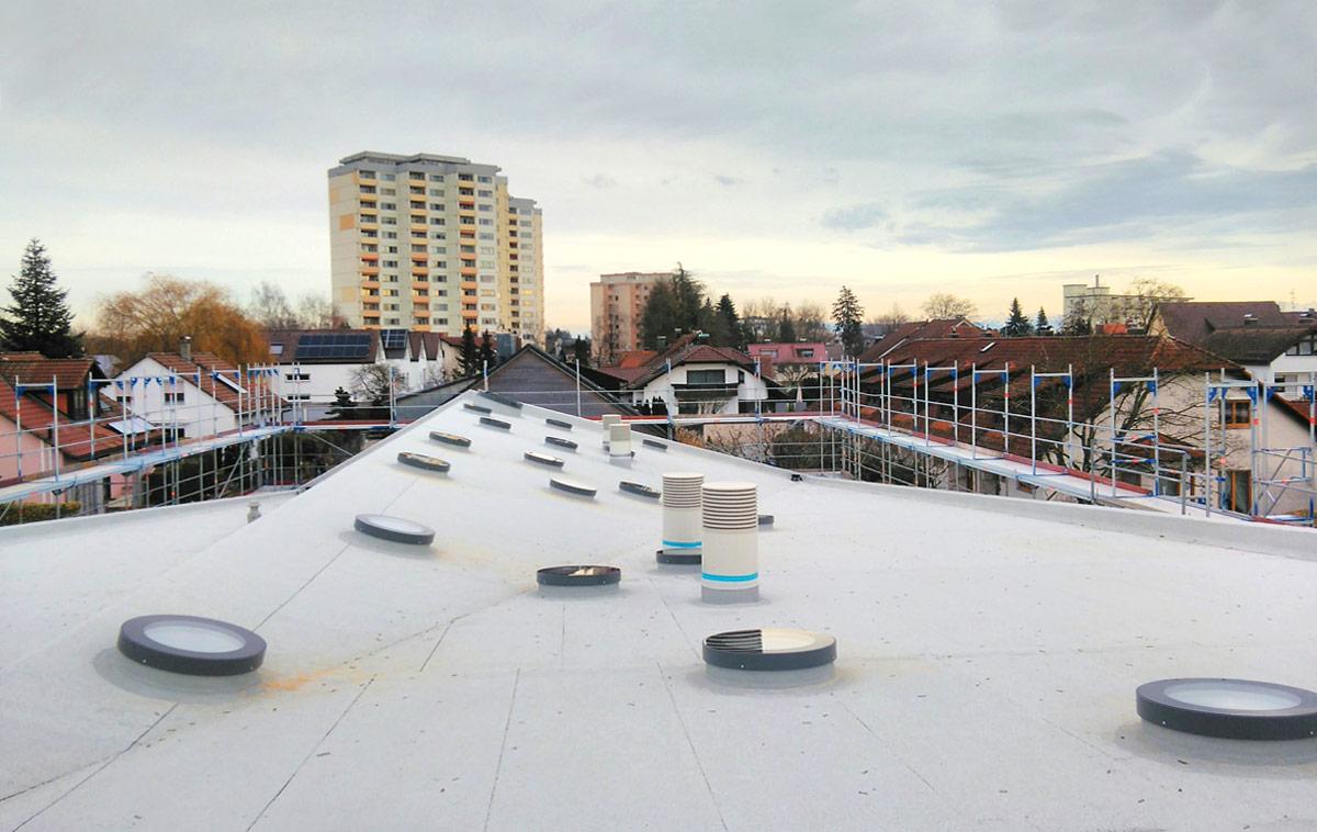 SkyVision CIRCULAR - Runde Oberlichter auf einem Dach mit unterschiedlichen Neigungen