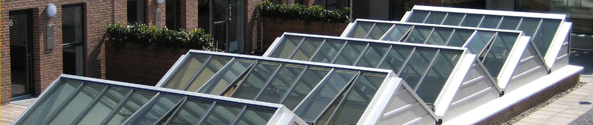 Atrium Verglasung - Lichtbänder oder Sattel-Lichtbänder kombiniert zu einem großen Glasdach