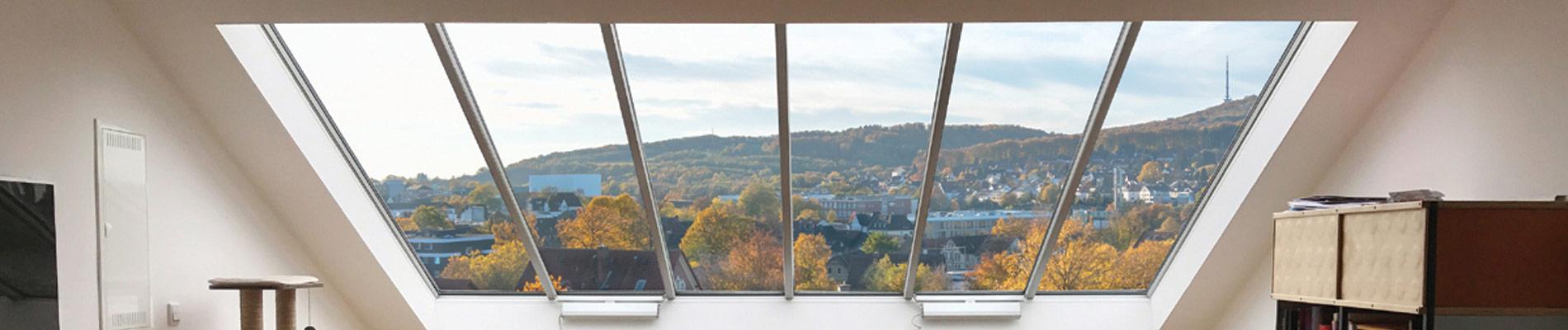 Innenansicht eines Panoramafensters in einem Steildach