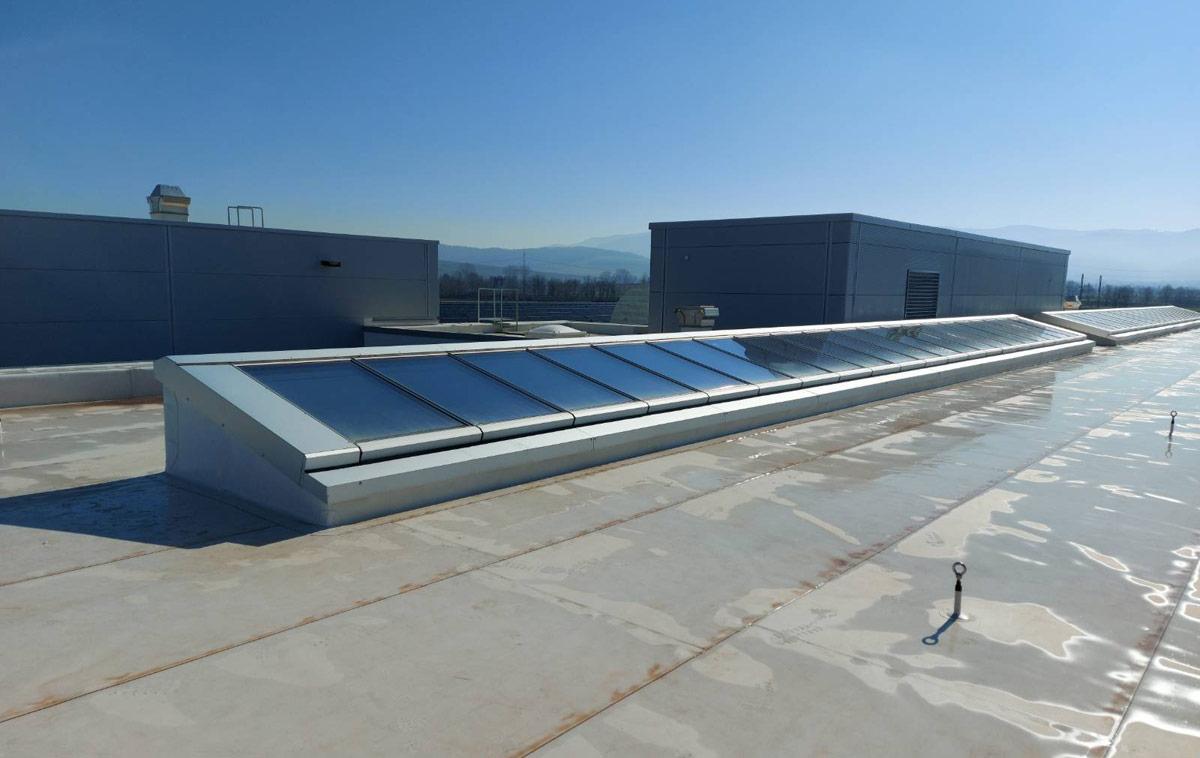 Pultdach Lichtbänder auf dem Flachdach eines Firmengebäudes