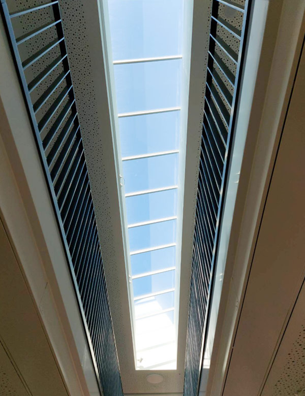 Innenansicht Treppenhaus mit Blick auf das Pultdach-Lichtband