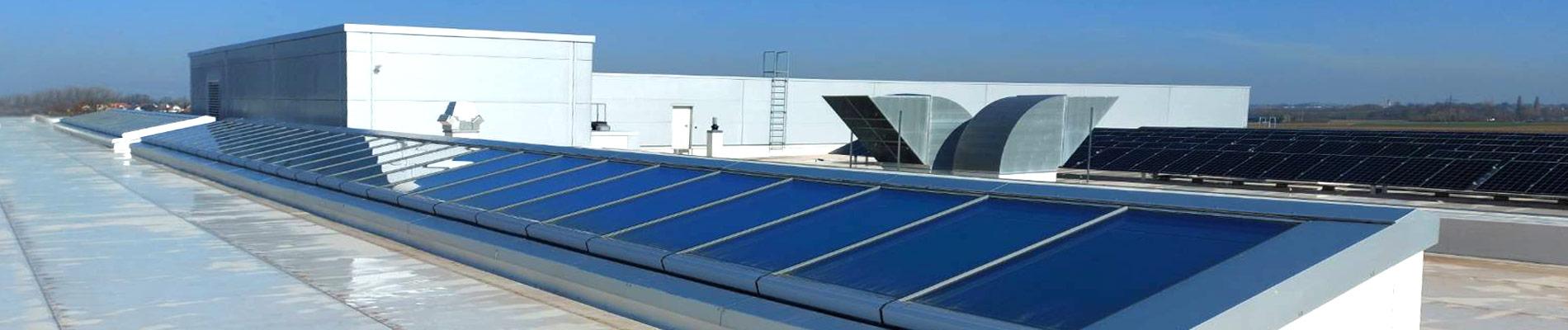 Pultdach Lichtband auf dem Flachdach eines Firmengebäudes