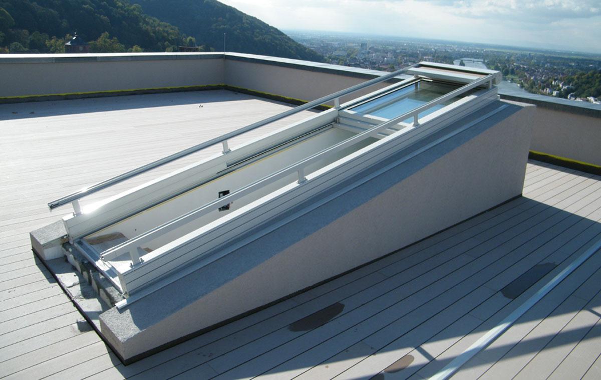 Großes Dachschiebefenster mit drei nach oben geschobenen Flügeln